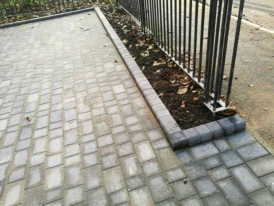 The new driveway was finished with Brett Drivestyle kerb stones in matching Silver Haze colour