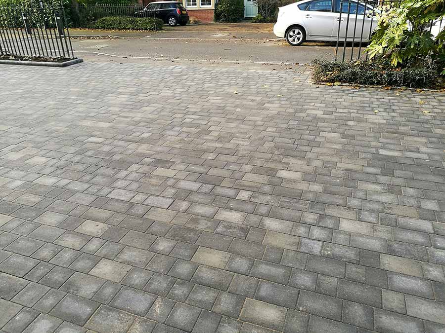 The AWBS Landscaping team laid over 100 square metres of Bret Beta Trio block paving to create this modern shared drive in Oxford